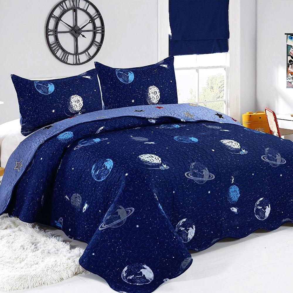 cuvertura de pat albastru-bleumarin cu planete