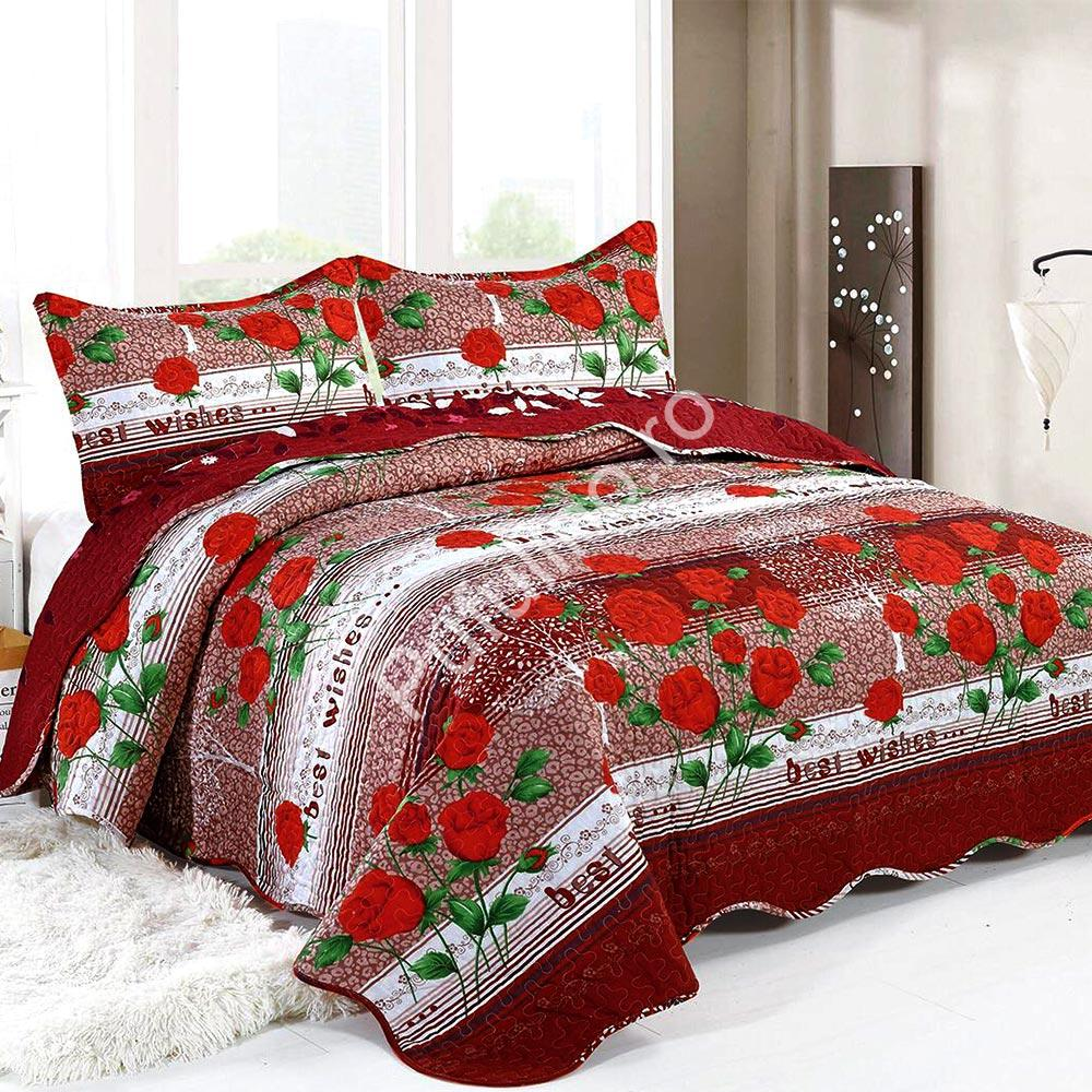 cuvertura de pat rosie cu trandafiri