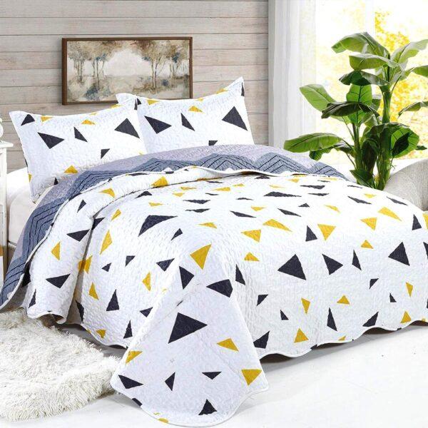 cuvertura de pat alba cu model geometric