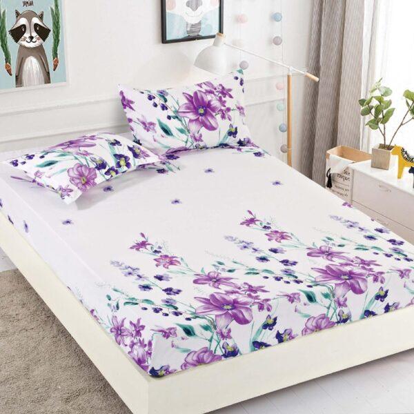 husa de pat alba cu flori lila