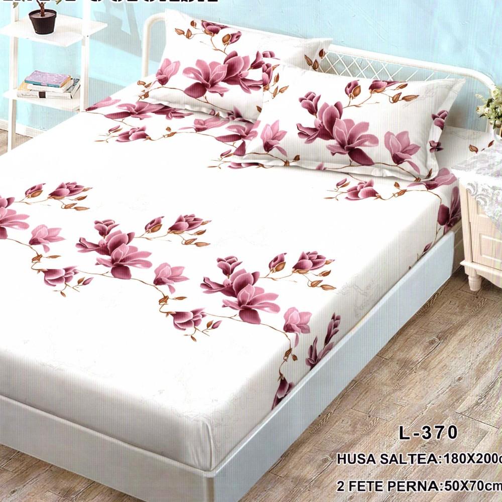 husa de pat finet si 2 fete de perna crem cu flori rosii