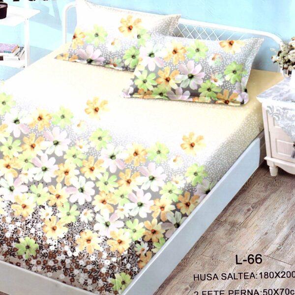 husa de pat finet si 2 fete de perna cu flori multicolore