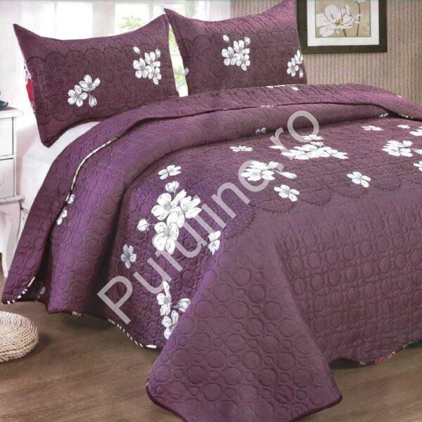 Cuvertura de pat mov cu flori albe