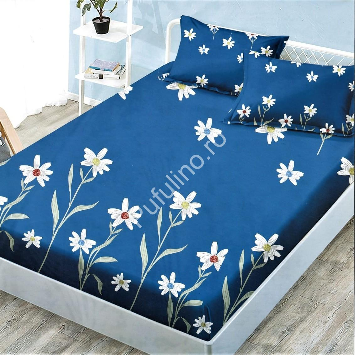 husa de pat cu elastic albastra cu flori albe - margarete